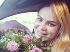Ex-BBB Paulinha ganha flores, se derrete, mas escorrega no português