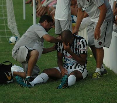 Lenilson se machuca no amistoso contra o Atlético Potengi (Foto: Amauri Aquino/GloboEsporte.com/pb)