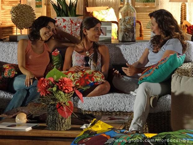 Fotos de Lino são aprovadíssimas por Natália e Carol (Foto: Flor do Caribe / TV Globo)