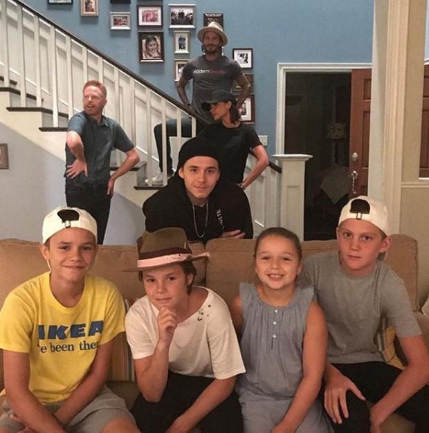 David Beckman e a família no set de Modern Family (Foto: Reprodução/Instagram)