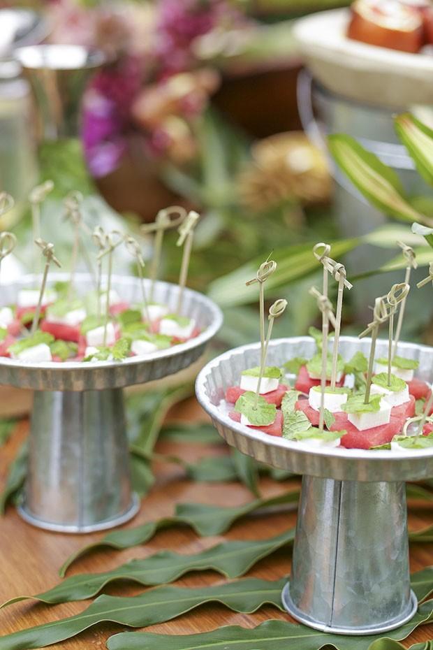 Uma mesa decorada para uma festa à beira da piscina (Foto: Marcelo Guarnieri)