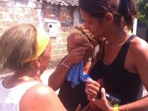 Mãe de Cristian França chegou amparada por uma amiga, após o reconhecimento do corpo (Foto: Cristiane Cardoso/G1)