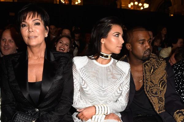Kris Jenner, Kim Kardashian e Kanye West juntos em evento (Foto: Getty Images)