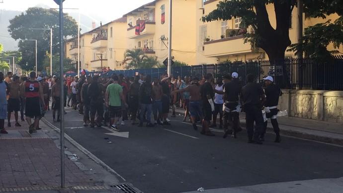 Policiais tentam conter torcedores no Engenhão (Foto: Raphael Zarko)