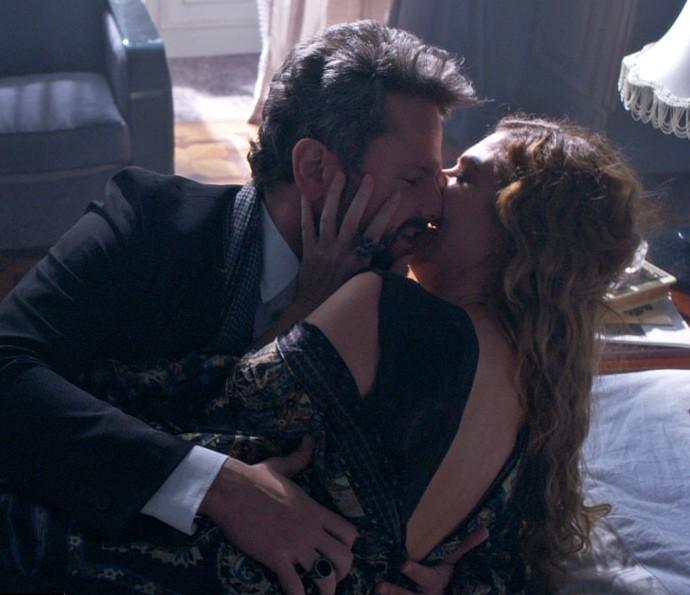 Augusto vai atrás de Isabel e conta que conseguiu seduzir Cecília (Foto: TV Globo)