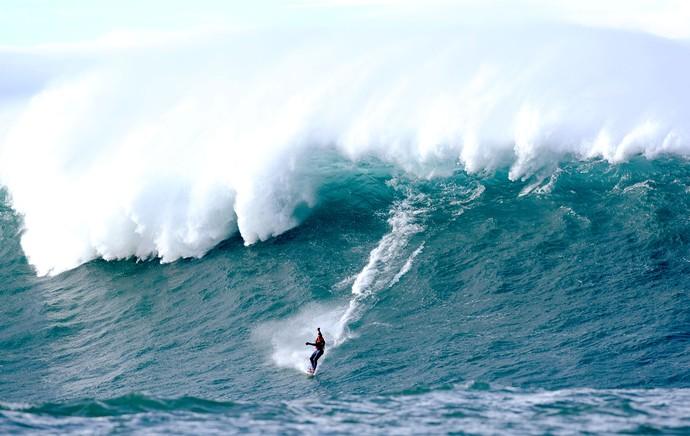 surfe ondas gigantes na França (Foto: AFP)