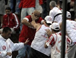 Briga entre torcedores do Inter precisou da intervenção da Brigada Militar (Foto: Juan Barbosa/Agência RBS)