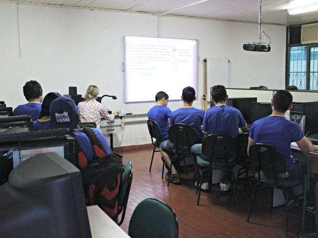 Professora ministra aula no laboratório de informática na escola Petrônio Barcelos (Foto: Ivanete Damasceno / G1)