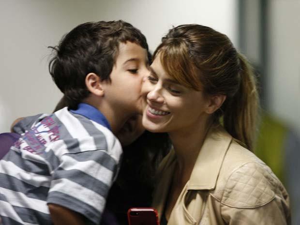 Carolina Dieckmann ganha beijo de Luiz Felipe Mello (Foto: Salve Jorge / TV Globo)