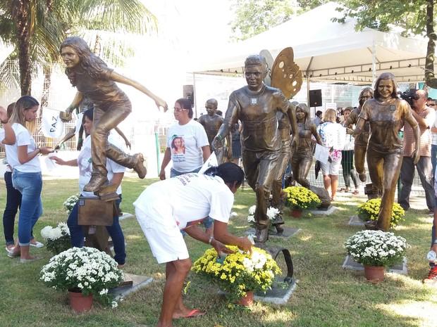 Alunos que morreram no massacre em Realengo foram homenageados nesta quinta-feira (7) (Foto: Janaína Carvalho/G1)