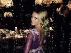 Carolina Dieckmann usa vestido transparente e deixa calcinha à mostra