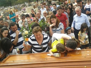 A viúva e um dos filhos junto ao caixão instantes antes do piloto ser enterrado (Foto: Erick Gimenes)