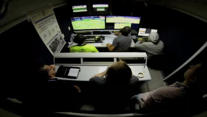 Lance de pênalti aos 49 da etapa final é analisado após pedido do árbitro (Foto: Reprodução/SporTV)