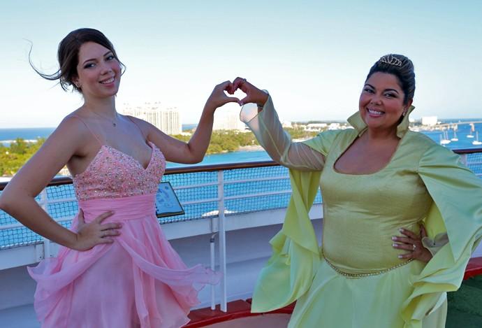 Fabiana Karla e a filha fazem coraçãozinho com a mão (Foto: Thiago Fontolan / Gshow)
