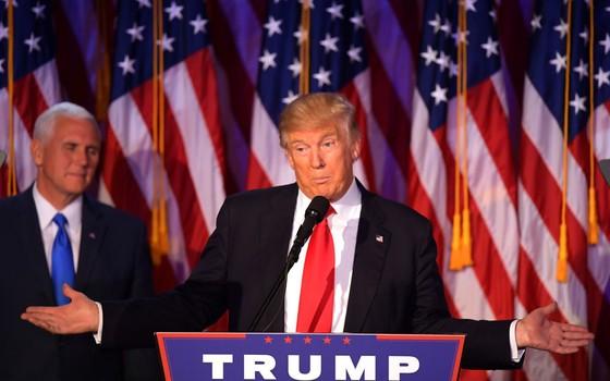Donald Trump cumprimenta os simpatizantes durante discurso em Manhattan, Nova York (Foto: JIM WATSON/AFP)