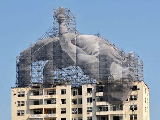 Instalação no alto do edifício Hilton Santos no Flamengo, Zona Sul do Rio de Janeiro. A gigantografia foi feita pelo artista francês JR (Foto: Alessandro Buzas/Futura Press/Estadão Conteúdo)