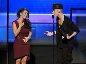 Justin Bieber leva sua mãe, Pattie Malette, ao palco American Music Awards 2012 (Foto: John Shearer/Invision/AP)