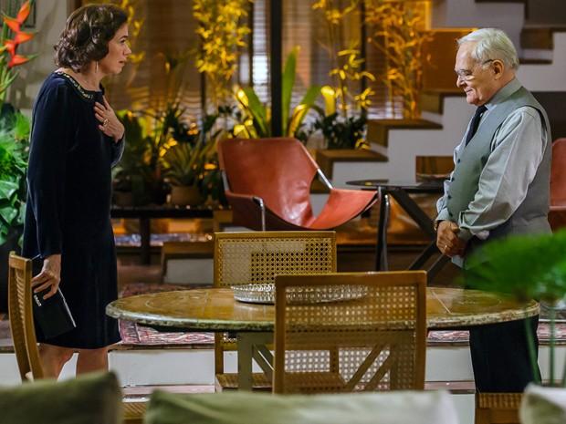 Silviano volta à mansão em dia de folga e consola Marta (Foto:  Artur Meninea/Gshow)