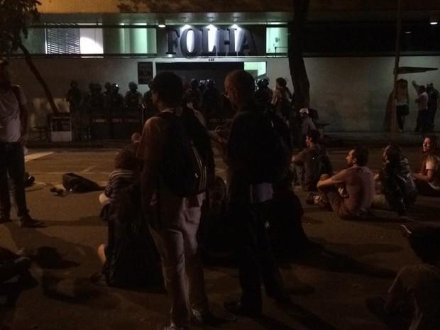 Manifestantes em frente à Folha (Foto: Roney Domingos/G1)