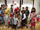 Luigi Baricelli se veste de Papai Noel e faz a alegria das crianças