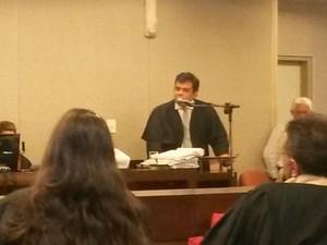 Advogado Artur Cordeiro defende absolvição do réu (Foto: Krystine Carneiro/G1)