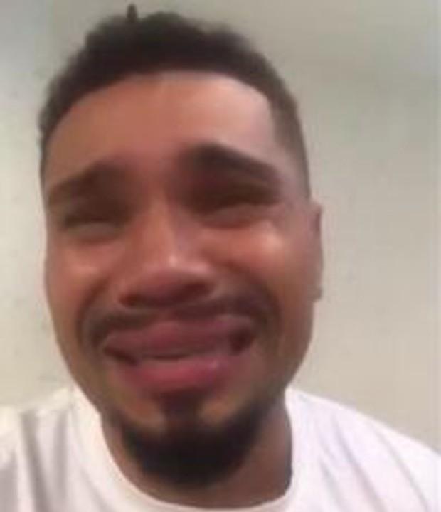 Naldo chorando em vídeo pedindo perdão à mulher (Foto: Reprodução)