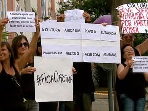 Funcionários e alunos manifestaram contra fechamento da unidade (Foto: Ely Venâncio/EPTV)
