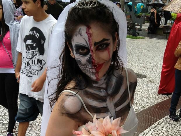 Noiva-fantasma também participou da caminhada (Foto: Thais Kaniak/G1)
