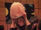 Thalia usa 'chapéu' de doce e faz comparação com Carmen Miranda
