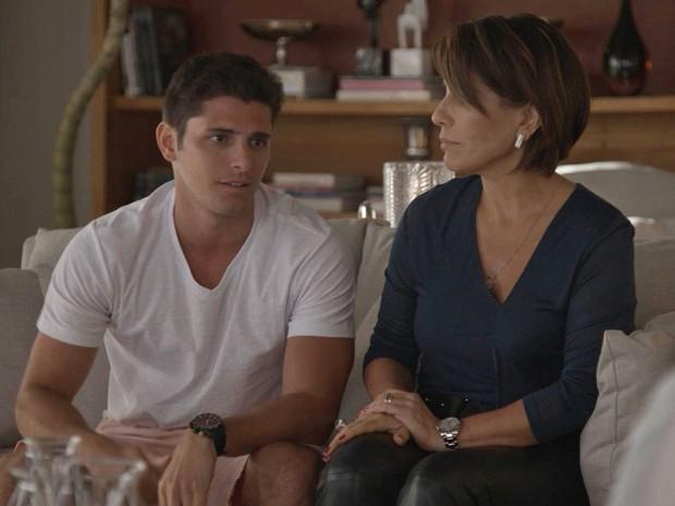 Guto e Beatriz mentem descaramente sobre acidente de Wolnei (Foto: TV Globo)