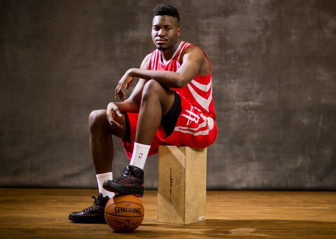 Chinanu Onuaku com o uniforme dos Rockets após o Draft da NBA (Foto: Getty Images)