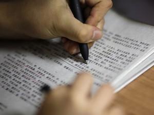Estudante faz exercícios para treinar para a prova do 'Enem Chinês' (Foto: Reuters)