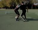 Astro do freestyle coloca a bola entre as pernas de Balotelli e o deixa no chão
