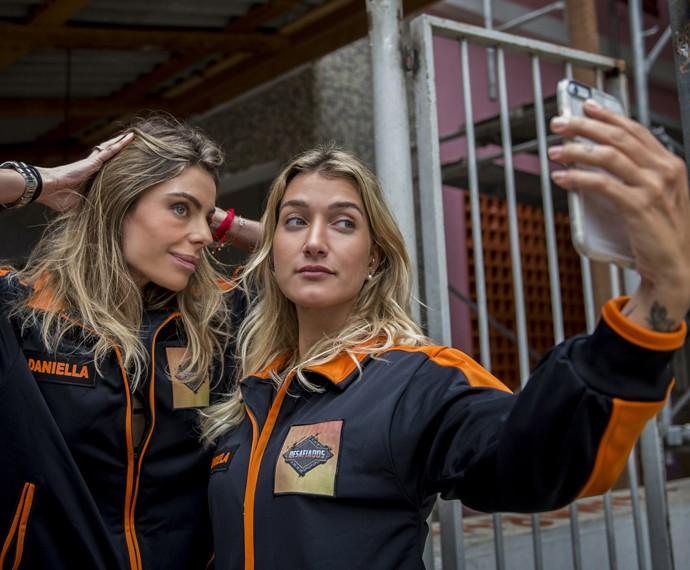 Acostumada a fazer muitas postagens nas redes, Gabriela Pugliesi assumiu a câmera do Gshow e atacou de repórter nos bastidores do Caldeirão (Foto: João Cotta / TV Globo)