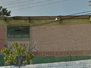 vítima estava na porta da Escola Estadual Lourdes Maria de Camargo quando foi abordada e agredida (Foto: Reprodução/Google Earth)