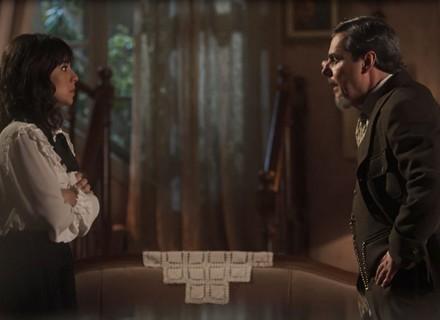 Reinaldo descobre que Lucinda está dando remédios falsos para Inácio