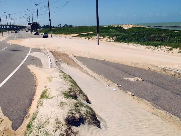Areia invade via costeira em Natal (Foto: Ricardo Araújo/G1)