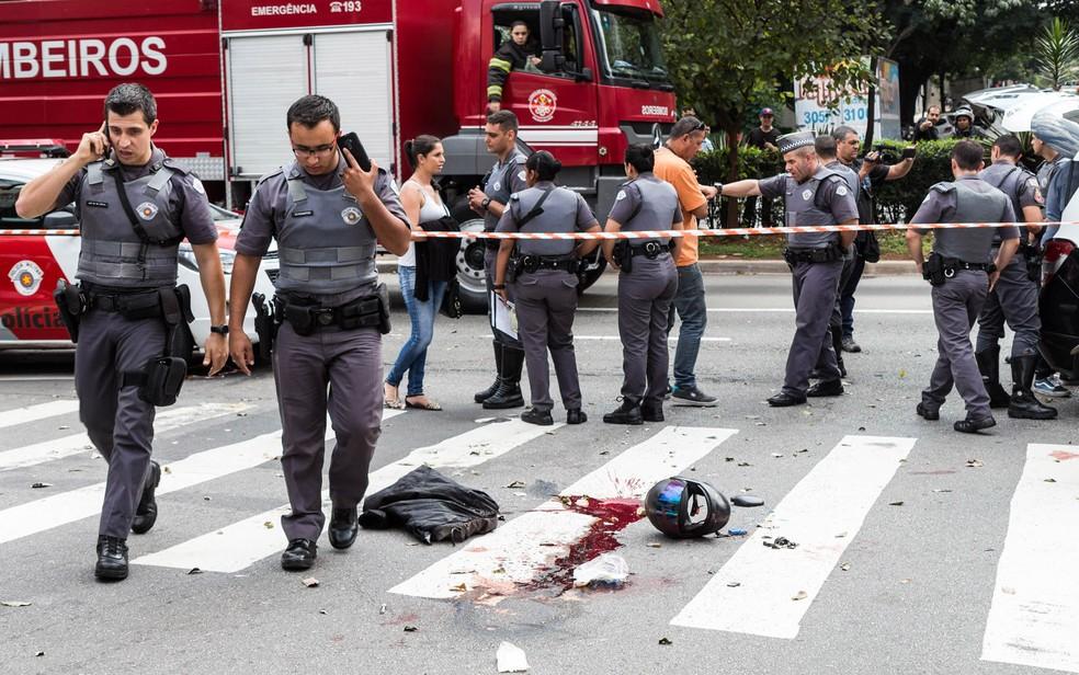 Policiais preservam local onde PM foi baleado nos Jardins, em SP (Foto: Rogério de Santis/Futura Press/Estadão Conteúdo)