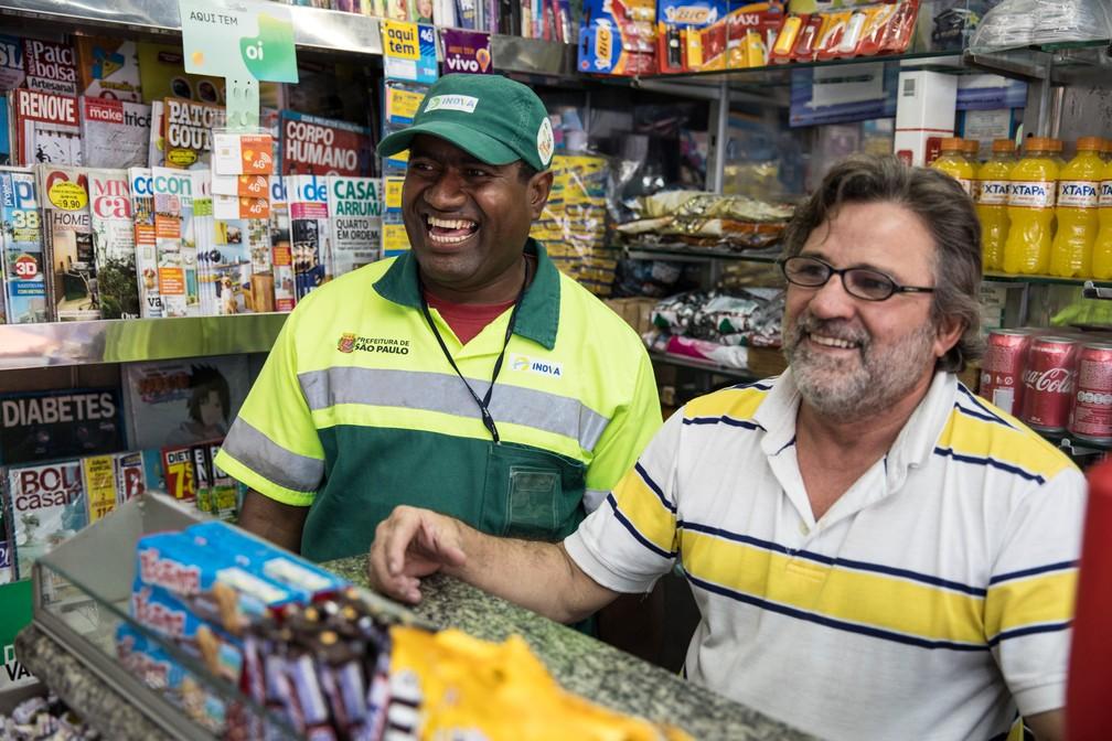 Em frente a rodoviária do Tietê, o gari Edvan e o dono de banca Rodolfo se unem para fazer vaquinhas e ajudar as pessoas a voltar para casa (Foto: Fábio Tito/G1)