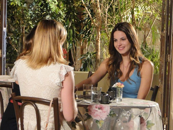 Alice conhece sua irmã Sofia (Foto: A Vida da Gente/TV Globo)