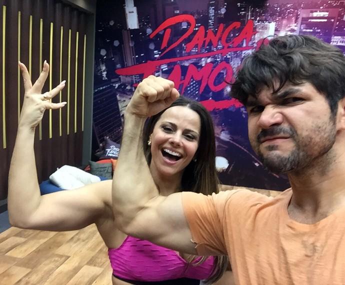 Viviane Araújo e Marcelo Grangeiro comparam os braços no ensaio do 'Dança' (Foto: Arquivo Pessoal)