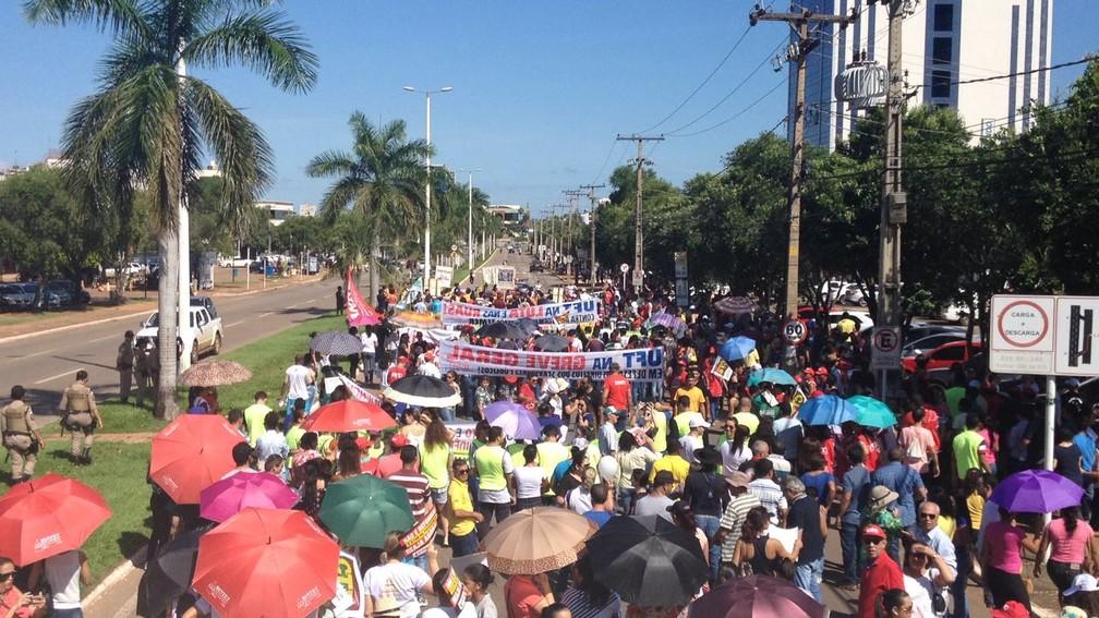 Manifestação em Palmas passou pela avenida JK (Foto: Letícia Queiroz/G1)