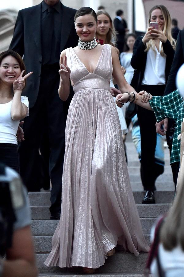 Miranda Kerr usa gargantilha de brilhantes no Milan Fashion Week