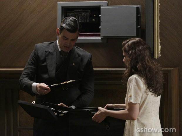 Com ajuda de Zefinha, Manfred entra na mansão  e rouba cofre da casa (Foto: Fábio Rocha/TV Globo)