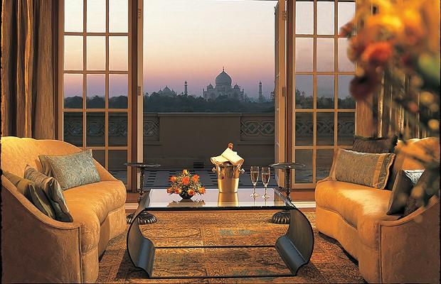 O Taj Mahal é conhecido como a maior prova de amor do mundo – o imperador mandou construir em homenagem a sua mulher falecida. O quarto do hotel Oberoi Amarvilas, na Índia, também tem atmosfera romântica para apreciar uma das Sete Maravilhas do Mundo Mode (Foto: Divulgação)