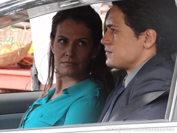 Hélio mostra para Yvete quem é Duque (Foto: Flor do Caribe/ TV Globo)