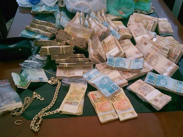 Grande quantia em dinheiro foi apreendida na casa do Major Edson. (Foto: Divulgação / Secretaria de Segurança)