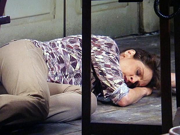 Cora desmaia com a notícia (Foto: Tv Globo)