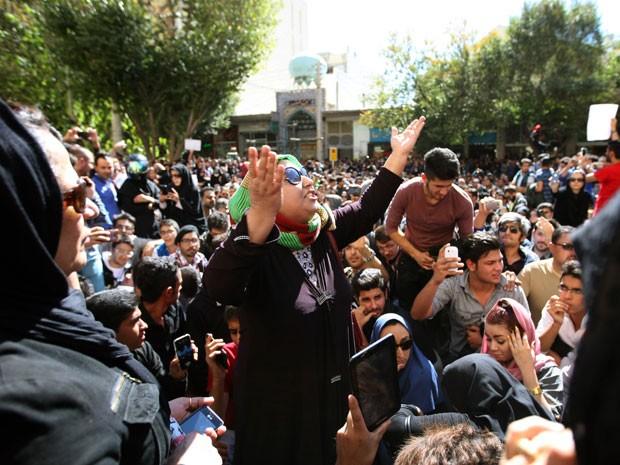 Iranianas protestam em frente ao prédio do judiciário em Isfahan, no Irã, contra ataques com ácido a mulheres (Foto: AFP Photo/Isna/Arya Jafari)