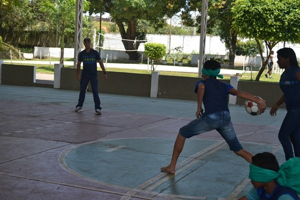 Educandos do ECEJ praticam esportes adaptados  (Foto: Globo)